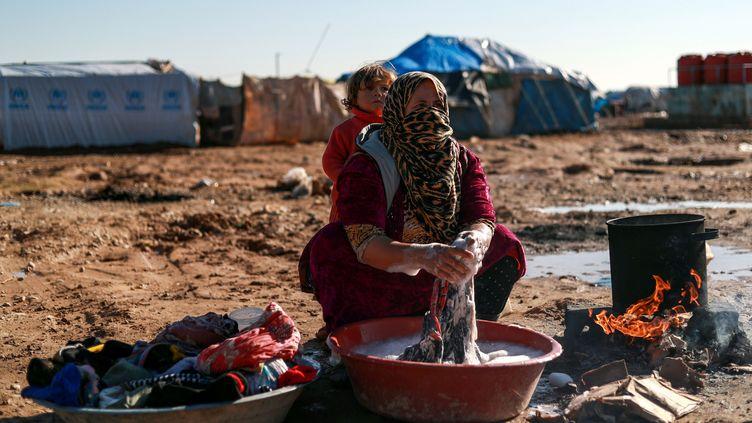 Une Syrienne dans un campement pour déplacés, dans la province de Deir Ezzor, le 10 janvier 2019. (DELIL SOULEIMAN / AFP)