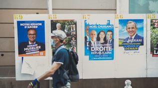 Dans les rues de Toulon (Var)lors du premier tour des élections régionales, dimanche 20 juin 2021. (CAMILLE DODET / HANS LUCAS VIA AFP)