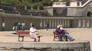 Avec la levée de la limite des 100 km, les Français profitent de leur premier week-end de liberté, samedi 6 juin. Le soleil n'est pas vraiment au rendez-vous, mais les touristes apprécient pleinement de ne plus être restreints dans leurs déplacements. (FRANCE 3)