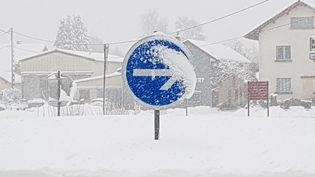 De la neige recouvre un panneau près d'une route de Franche-Comté, le 29 janvier 2019. (MAXPPP)