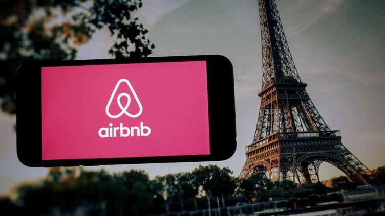 Le logo d'Airbnb avec la tour Eiffel en fond. (MAXPPP)