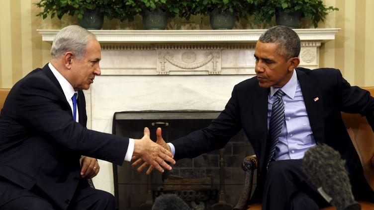 Barack Obama et le Premier ministre israélien Benyamin Netanyahou se serrent la main lors de leur réunion dans le bureau ovale de la Maison Blanche (Washington), le 9 novembre 2015. (KEVIN LAMARQUE / REUTERS)