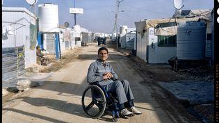 Camp de Zaatari (Jordanie), 17 Janvier 2017. Kamel, 25 ans, est Syrien. L'année dernière, il a été blessé dans un bombardement et est désormais paralysé. Après un long séjour à l'hôpital, ce jeune fermier vit désormais dans le camp de Zaatari. Handicap International l'y aide à se rétablir de ses blessures et lui apprend à s'adapter à sa nouvelle vie, en fauteuil roulant. (PHILIPPE DE POULPIQUET / HANDICAP INTERNATIONAL)