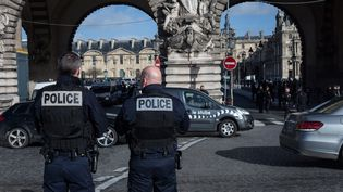 Des policiers interviennent après qu'un assaillant a attaqué des militaires au carrousel du Louvre, à Paris, le 3 février 2017. (JULIEN MATTIA / NURPHOTO / AFP)