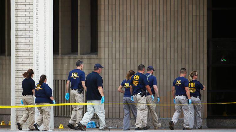 Des officiers du FB après une fusillade à Dallas (Texas), le 8 juillet 2016. (CARLO ALLEGRI / REUTERS)