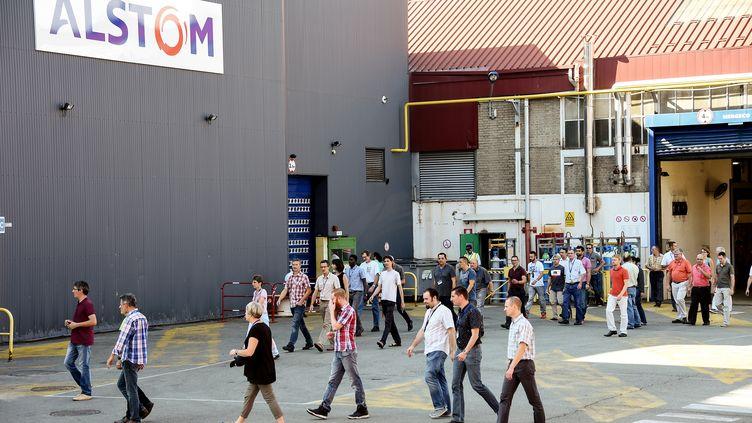 Des employés d'Alstom quittent l'usine de Belfort, le 13 septembre 2016. (SEBASTIEN BOZON / AFP)