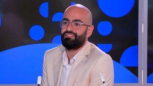 Lauréat du Grand Prix 2021 du photoreportage étudiant de Paris Match, le photographe libanais HabibDarghamdétaille les coulisses de sa photo récompensée, sur le plateau du 23 Heures, vendredi 22 octobre. (Capture d'écran Franceinfo)