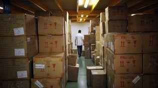 Des cartons dans un entrepôt. (OLIVIER LABAN-MATTEI / AFP)