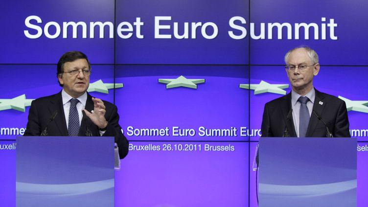 Le président du Conseil européen (à dr.), Herman Van Rompuy, et le président de la Commission européenne Jose Manuel Barroso donnent une conférence de presse après le sommet européen le 27 octobre 2011 à Bruxelles (Belgique). (VIRGINIA MAYO/AP/SIPA)