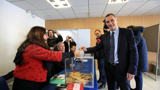 Gilles Simeoni vote lors du 1er tour des élections territoriales en Corse, le 3 décembre 2017, à Bastia. (MAXPPP)