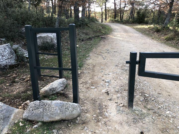 Une partie de la barrière installée à l'entrée d'un chemin forestier, le 12 février 2020, à Trets (Bouches-du-Rhône). (ELISE LAMBERT / FRANCEINFO)