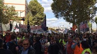 Des manifestants défilent à Paris, lundi 21 septembre 2015, pour dénoncer le RSI, le régime social des indépendants. (B. ZAGDOUN / FRANCETV INFO)