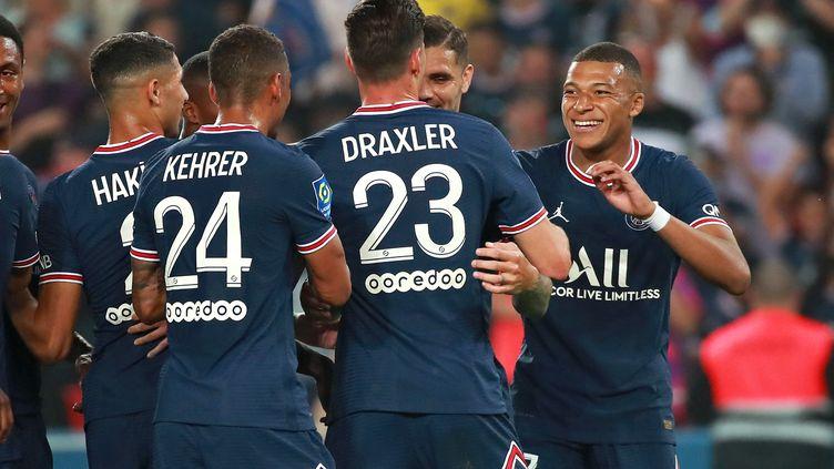 La joie des joueurs parisiens après le but du 3-0 contre Strasbourg marqué par Julian Draxler, le 14 août 2021 au Parc des Princes. (CHRISTOPHE PETIT TESSON / EPA via MaxPPP)