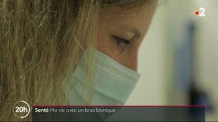 C'est une histoire de prouesse scientifique et de courage : depuis deux ans, les équipes de France Télévisions suivent la longue rééducation d'une artiste-peintre amputée de trois membres, qui apprend de nouveau à dessiner. Elle vient d'acquérir un bras bionique, qui lui permet de changer de vie. (France 2)