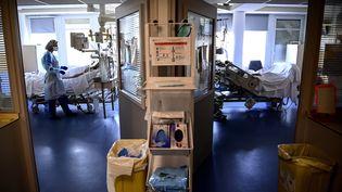 Une infirmière traite un patient atteint du Covid-19 à Antony (Hauts-de-Seine), le 2 avril 2021. (CHRISTOPHE ARCHAMBAULT / AFP)