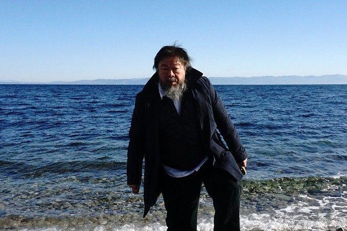Ai Weiwei sur l'île de Lesbos  (ANGELOS TZORTZINIS / AFP)