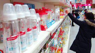 Un rayon de biberons en Chine en mars 2011, pays dans lequel les autorités ont interdit l'utilisation du bisphénol A dans les produits pour bébés. (CHEN YUPING/AFP)