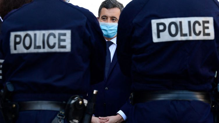 Le ministre de l'Intérieur Gérald Darmanin en discussion avec des policiers à Marseille, le 25 février 2021. (NICOLAS TUCAT / AFP)