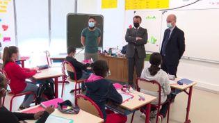 Emmanuel Macron (au centre) visite une école de Melun (Seine-et-Marne), le 26 avril 2021. (FRANCEINFO)