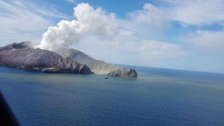 L'île de White Island, le 9 décembre 2019 juste après l'éruption. (AUCKLAND RESCUE HELICOPTER TRUST / AFP)