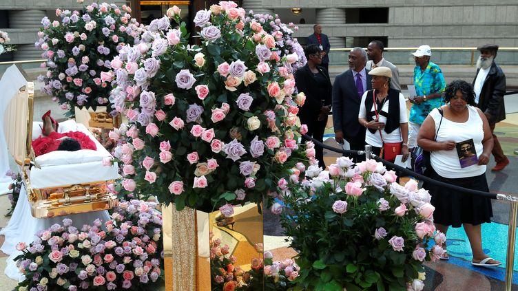 Des milliers fans rendent un dernier hommage à Aretha Franklin auCharles H. Wright Museum of African American History de Detrait (Etats-Unis), le 28 août 2018. (REUTERS)