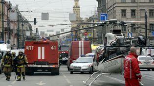 Des services de secours après une explosion dans le métro de Saint-Pétersbourg (Russie), le 3 avril 2017. (OLGA MALTSEVA / AFP)
