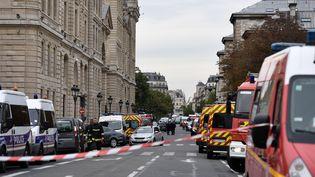 Des véhicules de polices garés près de la préfecture de police de Paris, après l'attaque au couteau qui s'est produite le 3 octobre 2019. (MARTIN BUREAU / AFP)