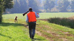 Un chasseur et son chien àLouhans (Saône-et-Loire), le 18 octobre 2011. (MAXPPP)