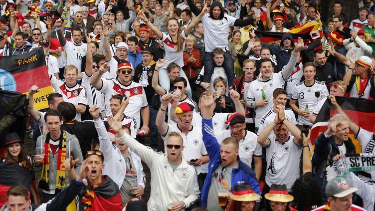 Les supporters allemands à Lille, dimanche 12 juin, pour le match Allemagne-Ukraine, dans le cadre de l'Euro. (THIBAULT VANDERMERSCH / EPA)