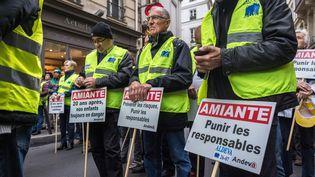 Des manifestants réclament un procès dans le scandale de l'amiante, le 7 octobre 2016 à Paris. (JULIEN MATTIA / NURPHOTO)