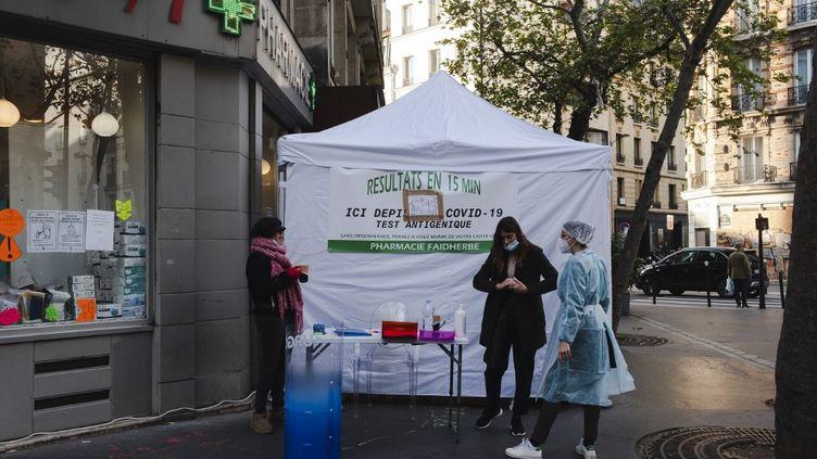 Une pharmacie proposant des tests antigéniques à Paris, le 6 novembre 2020. (JEANNE FOURNEAU / HANS LUCAS / AFP)
