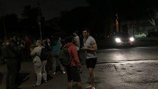 Des habitants de Mexico (Mexique) descendus dans la rue après avoir ressenti le séisme de magnitude 8,1 qui a frappé le sud du pays, dans la nuit du jeudi 7 au vendredi 8 septembre 2017. (CLAUDIA DAUT / REUTERS)
