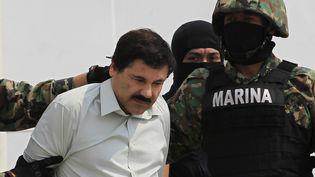 """Joaquin """"el Chapo"""" Guzman est escorté par des soldats sur une base militaire, à Mexico, après son arrestation, le 22 février 2014. (HENRY ROMERO / REUTERS )"""