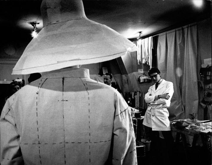 """Avec """"Fashion"""", la Cosmos Galerie expose une partie moins connue mais plus glamour de son travail : la mode.Avec son regard lumineux, Pierre Boulat a su saisir les atmosphères des maisons de haute couture de l'après-guerre et fait descendre dans la rue des modèles jusqu'alors confinés dans les salons des grands couturiers.  (Pierre Boulat)"""