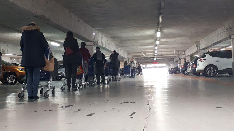 Une file d'attente, dans un parking, de clients avant l'entrée dans un hypermarché. Photo d'illustration. (BERLU STÉPHANIE / FRANCE-INFO)
