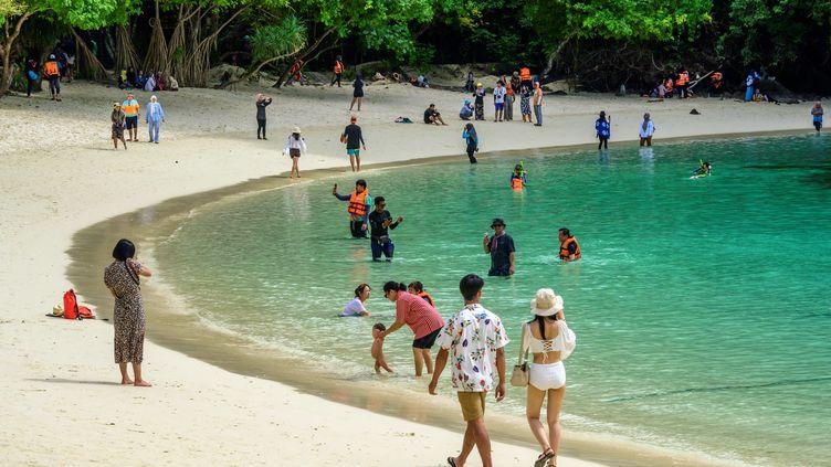 Des touristes locaux profitent de l'absence de voyageurs étrangers sur une plagedes îles Ko Hong, en Thaïlande, en novembre 2020. (MLADEN ANTONOV / AFP)