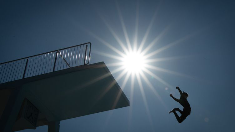 Unnageur saute d'un tremplin dans une piscine deBielefeld (Allemagne). (FRISO GENTSCH / DPA / AFP)