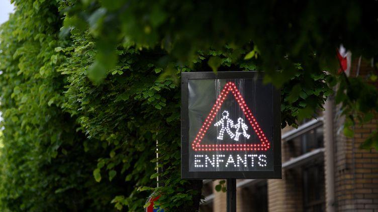 """""""Si jamais le nombre d'élèves dans des classes de primaire et de maternelle dépassait les 15 volontaires, est-ce que ce serait aux communes d'accueillir les enfants qui ne peuvent pas rester chez eux ?"""",demandeEmmanuel Grégoire, premier adjoint PS de Paris. (FRANCK FIFE / AFP)"""