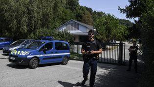Des gendarmes àPont-de-Beauvoisin (Isère), le 29 août 2017. (PHILIPPE DESMAZES / AFP)
