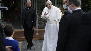 Le pape François dans les jardins du Vatican, le 30 mai 2020. (ALESSANDRA TARANTINO / AFP)