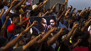 Poings levés, des manifestants protestent à Bâton-Rouge, le 9 juillet 2016, en Louisiane. (MARK WALLHEISER / GETTY IMAGES NORTH AMERICA)