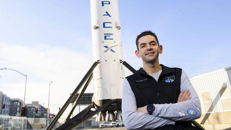 Le milliardaireJared Isaacman devant la fusée SpaceX, le 2 février 2021, en Californie (Etats-Unis). (PATRICK T. FALLON / AFP)
