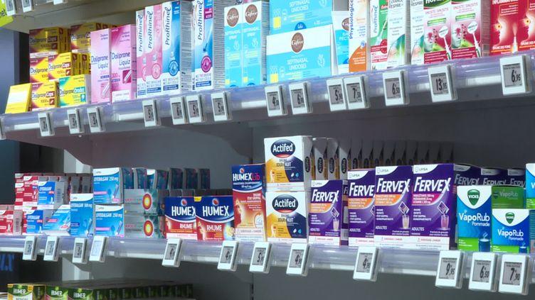 Les étages de médicaments sans ordonnance de cette pharlacie restent pleins. (France 3 Occitanie)