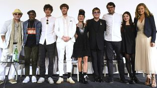 Elton John entouré des gagnants du concours de clips vidéos, lundi22 mai 2017 à Cannes. De gauche à droite : Bernie Taupin, Spike Lee, Max Weiland, Jack Whiteley, Laura Brownhill, Elton John, Majid Adin, et Maya Amoils de Youtube.  (Arthur Mola/AP/SIP)