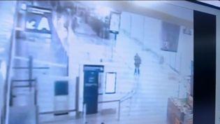 Les images de vidéosurveillance dans l'aéroport d'Orly le 18 mars 2017. (FRANCEINFO)