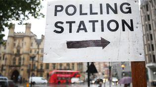 Dans les rues de Londres (Royaume-Uni), une pancarte indique la direction d'un bureau de vote, jeudi 23 juin, date du référendum sur le Brexit. (MICHAEL KAPPELER / DPA)