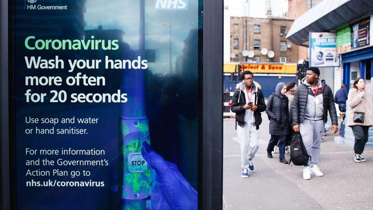 A Londres (Royaume-Uni), la vie continue malgré l'épidémie de Covid-19. (DAVID CLIFF / AFP)