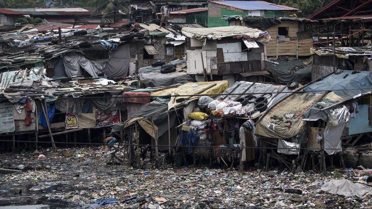 Des habitants de Manille (Philippines) tentent de renforcer leurs habitations avant l'arrivée du typhon Mangkhut, le 14septembre2018. (NOEL CELIS / AFP)