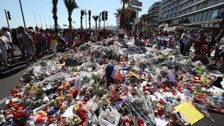 Des fleurs déposées près de la promenade des Anglais à Nice (Alpes-Maritimes) le 17 juillet 2016, trois jours après l'attentat qui a coûté la vie à 86 personnes. (VALERY HACHE / AFP)