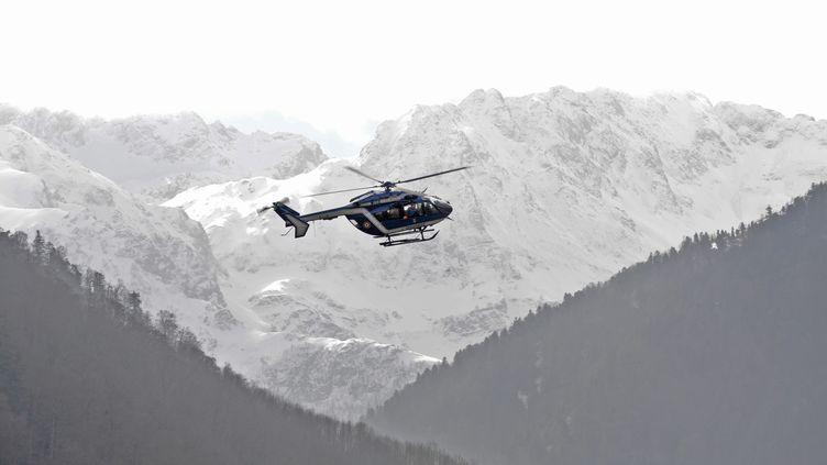 Un hélicoptère de la gendarmerie le 26 févier 2016 près deBagnères-de-Luchon (Haute-Garonne). (REMY GABALDA / AFP)
